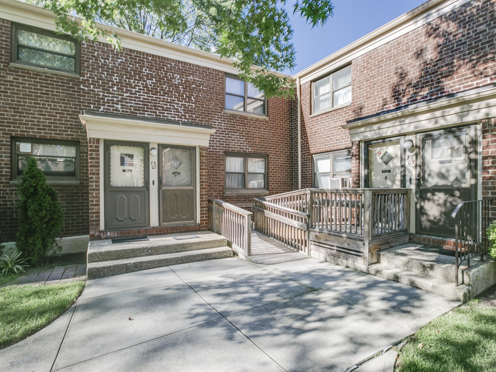 Charming Upper Unit Co-Op Sold for Above Asking Price in Oakland Gardens!